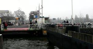 Шлюпки на городе направляются около пристани центральной станции в туманном дне видео 4K видеоматериал