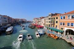 Шлюпки на грандиозном канале в Венеции, Италии Стоковое Изображение RF