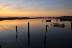 2 шлюпки на заходе солнца на штилях на море в феврале Стоковое Изображение