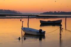 2 шлюпки на заходе солнца на штилях на море Стоковые Изображения RF