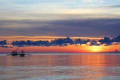 Шлюпки на заходе солнца на Diniwid приставают к берегу, остров Boracay, Филиппины Стоковое Фото