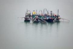 Шлюпки на заливе Halong Стоковые Изображения