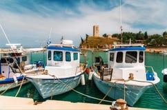 Шлюпки на заднем плане башни Nea-Fokea, Halkidiki стоковое фото rf