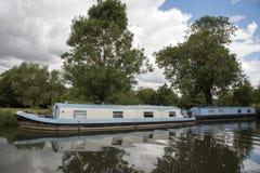 Шлюпки на канале Беркшире Англии Великобритании Kennet и Эвона Стоковые Изображения