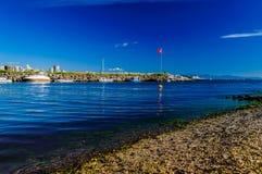 Шлюпки на канале раскрывая к морю Стоковое Изображение