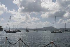 Шлюпки на море около гор острова Стоковое Изображение RF