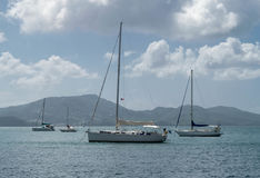 Шлюпки на море около гор острова Стоковые Изображения