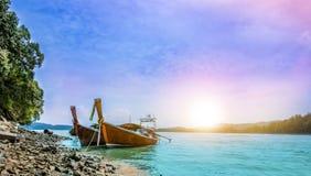 2 шлюпки на море с заходом солнца освещают в вечере на prov Krabi Стоковое фото RF