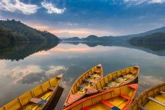 Шлюпки на озере Begnas стоковые изображения