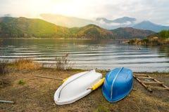 Шлюпки на озере Kawaguchiko, Японии Стоковое Фото