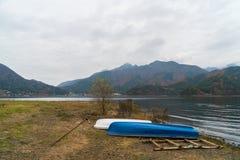 Шлюпки на озере Kawaguchiko, Японии Стоковая Фотография