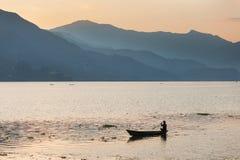 Шлюпки на озере Phewa на заходе солнца стоковые изображения rf