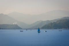Шлюпки на озере Phewa, Pokhara, Непале стоковые фото