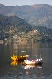 Шлюпки на озере Phewa, Pokhara, Непале стоковая фотография