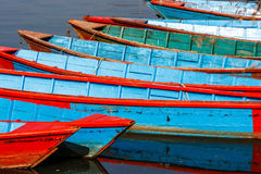 Шлюпки на озере Phewa, Pokhara, Непале стоковые фотографии rf