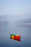 Шлюпки на озере Phewa, Pokhara, Непале стоковые изображения rf