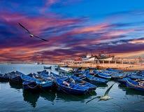 Шлюпки на океане плавают вдоль побережья в Essaouira, Марокко стоковые изображения
