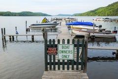 Шлюпки на доке озера частном Стоковые Фотографии RF