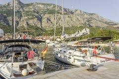 Шлюпки на пристани в курортном городе Makarska, Хорватии Стоковое фото RF