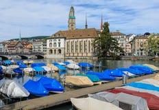 Шлюпки на пристани на реке Limmat в городе Цюриха Стоковые Фотографии RF
