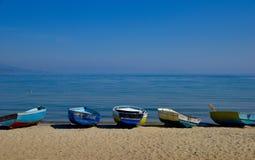 Шлюпки на пляже Стоковые Фото