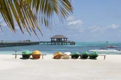 Шлюпки на пляже стоковое изображение rf