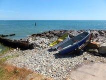 Шлюпки на пляже стоковые изображения rf