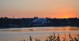 Шлюпки на реке на заходе солнца на предпосылке большого купола Стоковое Фото