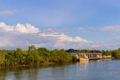 Шлюпки на реке около пристани частного дома на береге реки Стоковая Фотография RF