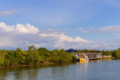 Шлюпки на реке около пристани частного дома на береге реки Стоковые Изображения RF