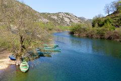 Шлюпки на Риеке Crnojevica около озера Skadar, Черногории Стоковые Изображения RF