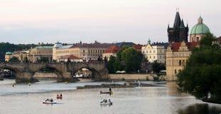 Шлюпки на сумраке около Карлова моста, старой башни и Св.а Франциск Св. Франциск c Стоковые Фото