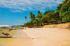 Шлюпки на тропическом белом пляже с пляжем песка Panglao Остров, Bohol philippines стоковые изображения rf