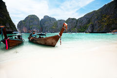Шлюпки на Phi Phi залива Майя Стоковое Фото