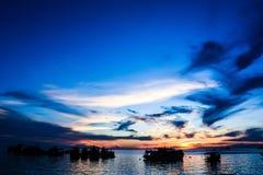 Шлюпки неба и рыболова вечера Стоковая Фотография RF