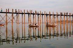 Шлюпки нося туристов на озере в Мандалае, Мьянме Стоковое Фото