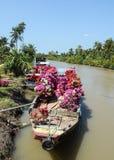 Шлюпки нося цветки на реке в Dong Thap, Вьетнаме Стоковые Изображения RF
