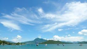 Шлюпки, облака, озеро и голубое небо Стоковые Фото