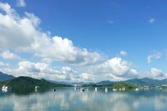 Шлюпки, озеро и голубое небо с тенью отражения Стоковые Изображения