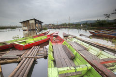 Шлюпки паркуя на Rawa пиша озеро, Индонезию стоковые фотографии rf