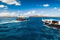 2 шлюпки пассажира в голубом море Стоковые Фотографии RF