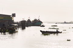 Шлюпки пересекая Меконг в моем Tho, Вьетнам Стоковое фото RF