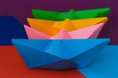 Шлюпки покрашенной бумаги на красочной предпосылке Стоковые Изображения