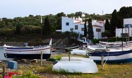 Шлюпки приближают к домой Dali на Cadaques Стоковые Фото