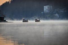 Шлюпки плавая в туман стоковые изображения rf