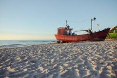 шлюпки рыболова на времени восхода солнца на пляже Стоковые Фотографии RF