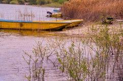 Шлюпки связанные вверх на береге озера страны Стоковые Изображения