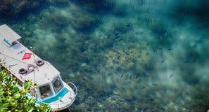 Шлюпки состыковали на пристани на морском порте в острове Sado, Niigata Стоковое Изображение
