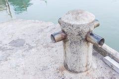 Шлюпки ставят на якорь на местной пристани Стоковые Изображения
