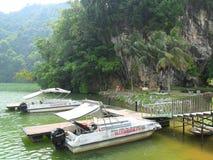 Шлюпки стороной озера стоковое фото rf